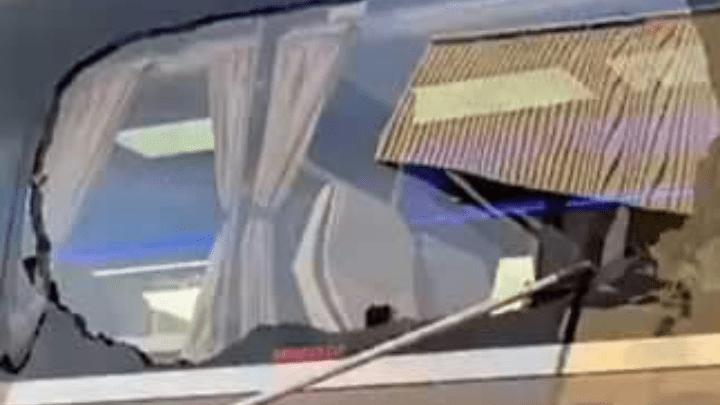بالفيديو.. جماهير ليفربول تعتدي على حافلة ريال مدريد بالتكسير
