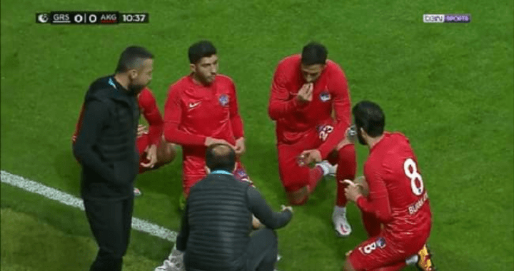 بالفيديو.. توقف مباراة في الدوري التركي واللاعبون يتناولون وجبة الافطار داخل الملعب