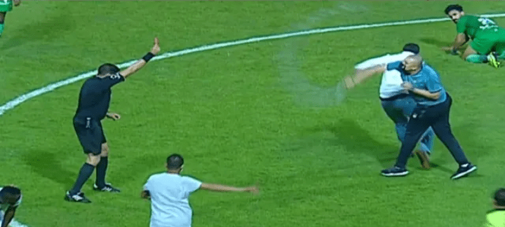 شاهد.. لحظة الإعتداء علي الحكم إبراهيم نور الدين في مباراة المصري