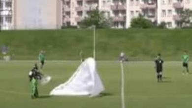 بالفيديو.. سقوط رجل بمظلة أثناء المباراة وتصرف غريب من الحكم